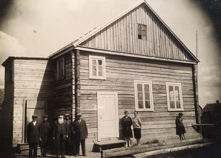 Panevėžio miesto žydų bendruomenės archyvas pildosi pačiais netikėčiausiais būdais: dokumentai, nuotraukos jį pasiekia iš įvairiausių pasaulio kampelių ir kartais net pateikia istorinių staigmenų. Kaip kad ši fotografija, įamžinusi netoli geležinkelio stoties, J. Jablonskio gatvėje stovėjusią medinę sinagogą, apie kurią net nieko nežinota. PANEVĖŽIO MIESTO ŽYDŲ BENDRUOMENĖS nuotr.