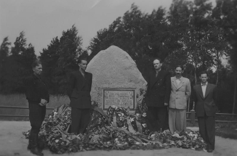 """Antrąjį pasaulinį karą išgyvenę žydai prie 1955 metais pastatyto paminklo Pakamponių miške nužudytoms holokausto aukoms atminti. BKM """"SĖLA"""" nuotr."""