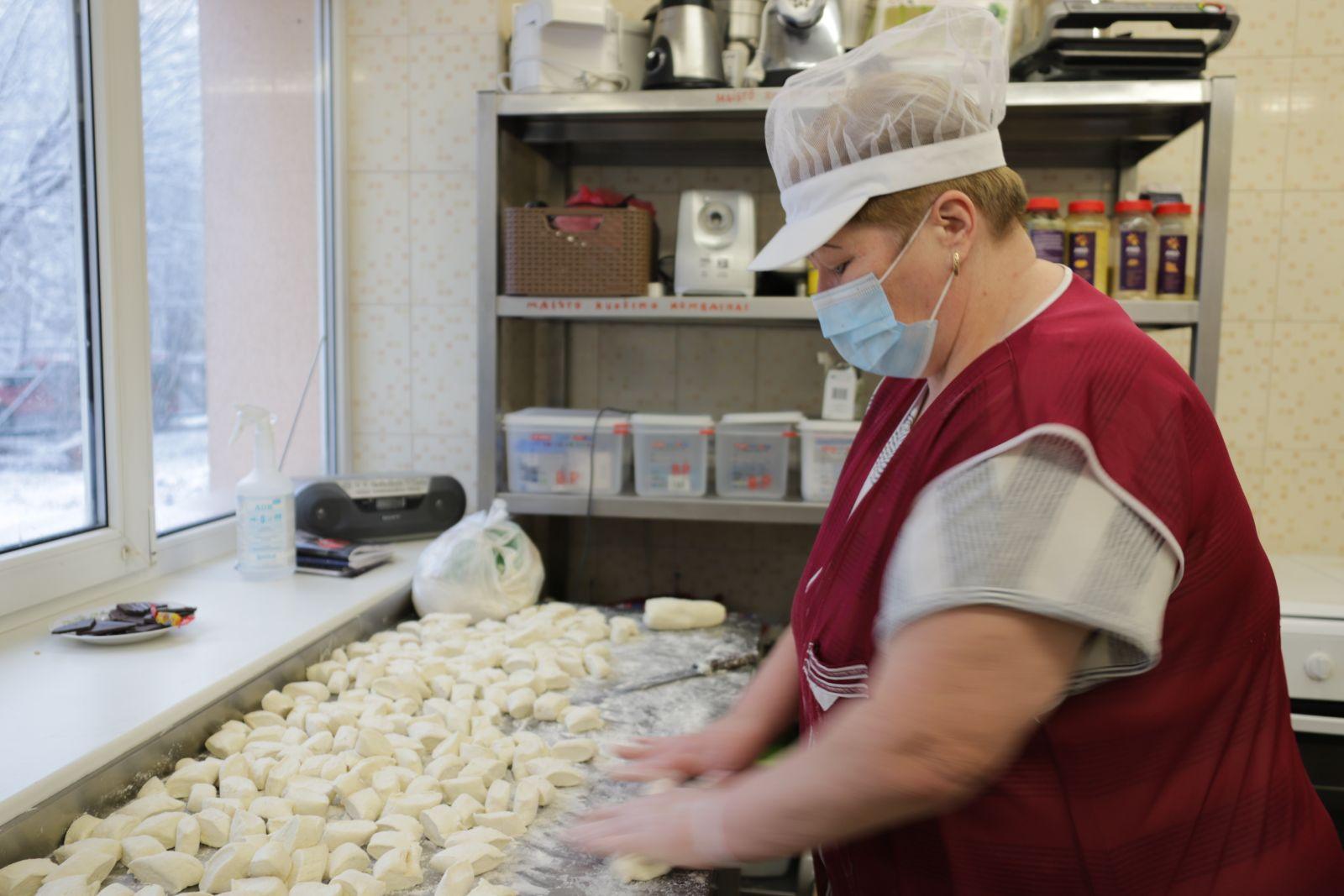 """Lietuvos agentūros """"SOS vaikai"""" Panevėžio skyriaus valgykloje paruoštus šiltus pietus kasdien gauna apie aštuonios dešimtys vagstančiųjų. Neretam jų tai būna visos dienos maistas. I. Stulgaitės–Kriukienės nuotr."""