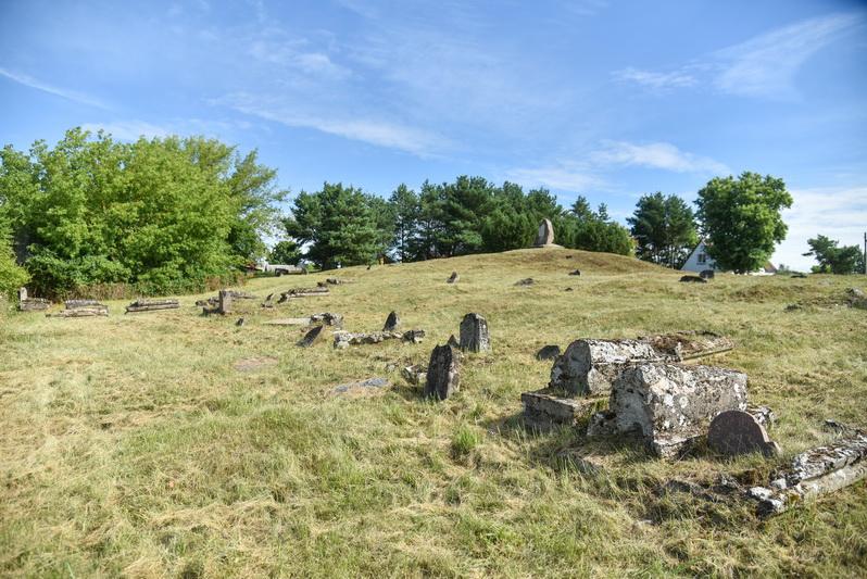 Krekenavos miesteliui priklausiusios senosios žydų kapinės – vienos tų, iš kurių po karo liko tik fragmentai – jau sovietmečiu jų teritorijoje tarp antkapių buvo ganomi gyvuliai. P. ŽIDONIO nuotr.