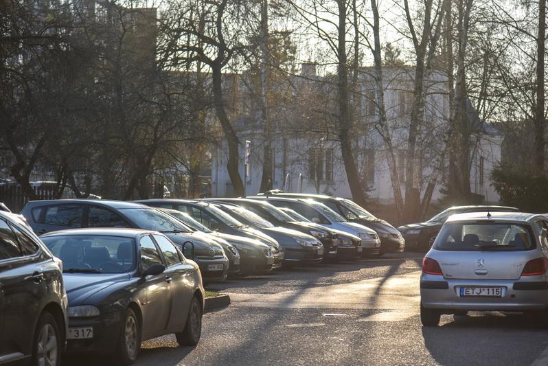 Dėl sugriežtintų karantino apribojimų prekybos centrų aikštelėse belikus vos penktadaliui vietų, Panevėžio centrinės dalies gyventojai jau pajuto automobilių invaziją į jų kiemus. P. ŽIDONIO nuotr.