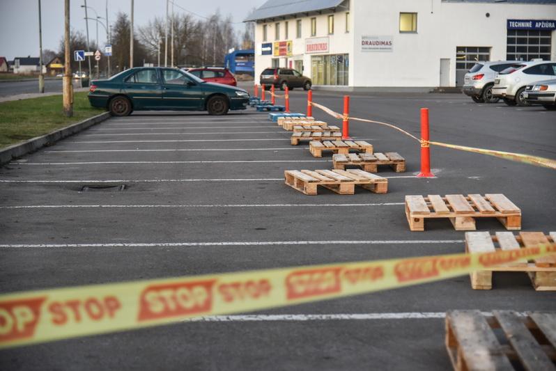 Didžiuosiuose Lietuvos miestuose prie parduotuvių įrengti specialūs stoveliai, ribojantys automobilių statymą. Kai kur tokias užkardas atstoja mediniai padėklai, išrikiuoti pirkinių vežimėliai ar STOP juostos. P. ŽIDONIO nuotr.