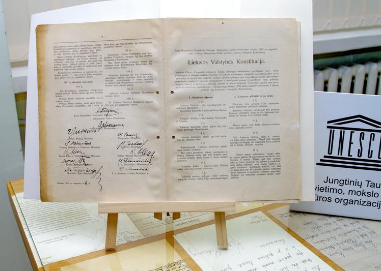 """Valstybės archyvuose saugojami """"pamatiniai"""" Lietuvos dokumentai, liudijantys jos valstybingumo istoriją. Tarp tokių – ir 1922 metų Lietuvos Konstitucija. LCVA nuotr."""