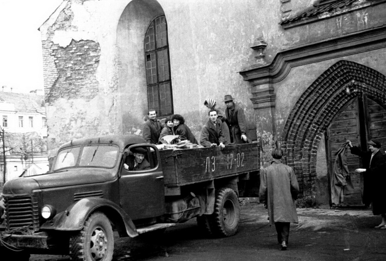 Archyvo darbuotojai sovietmečiu prie dokumentų saugyklos Pranciškonų bažnyčioje Vilniaus senamiestyje. LCVA nuotr.