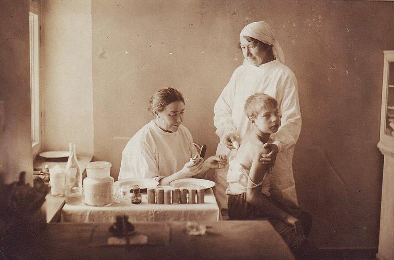 Tarpukariu didžiausią pavojų visuomenei kėlė besitraukianti cholera, tuberkuliozė. Jei ne pradėtos vakcinacijos, sunku ir nuspėti, kad dar aukų būtų nusinešusios epidemijos (fotografijoje – vaikų skiepijimas 1932-aisiais). MCA nuotr.