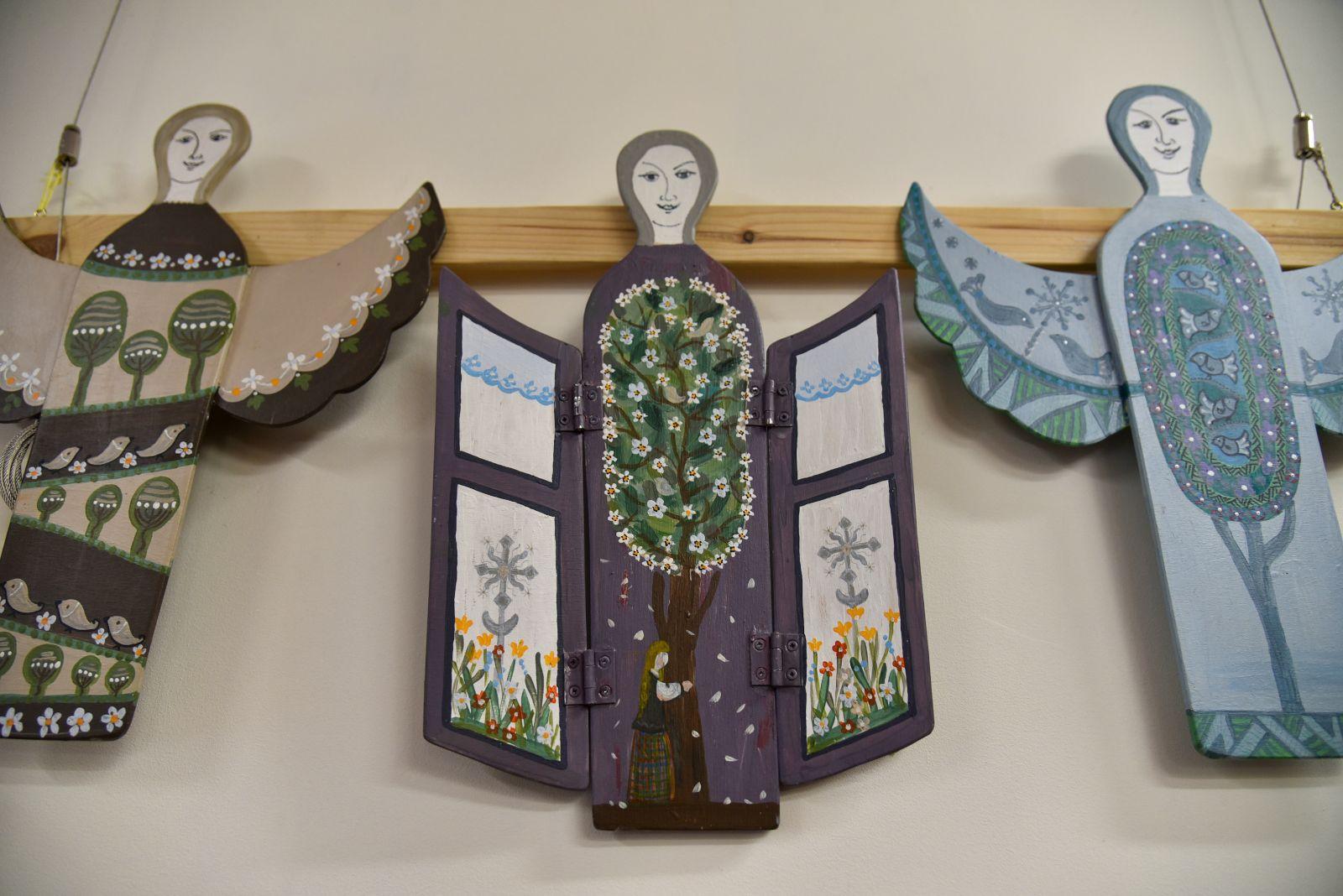 """V. Čyžienės darbų parodoje """"Ant paukščio sparno angelas sėdi"""" eksponuojami ant išpjaustytos plokščios medienos ištapyti šie skraidantys pavidalai. P. Židonio nuotr."""