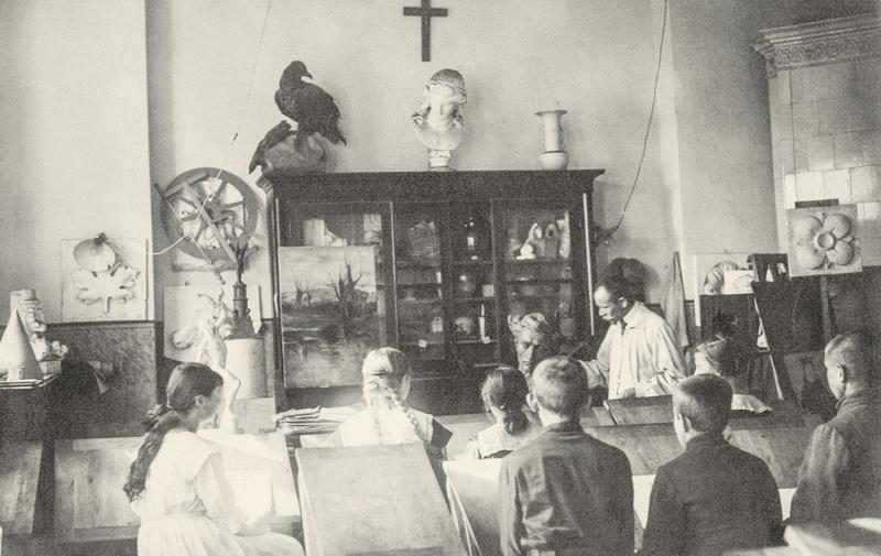 Juozas Zikaras piešimo pamokoje Panevėžio valstybinėje gimnazijoje. 1920–1928 metai. LIETUVOS LITERATŪROS IR MENO ARCHYVO nuotr.