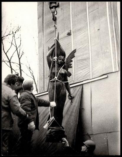 """1950-aisiais Kaune J. Zikaro garsioji """"Laisvė"""" nugriauta, o į tą pačią vietą sugrįžo jau 1989-ųjų vasario 16-ąją. MUZIEJUEDUKACIJA.LT nuotr."""