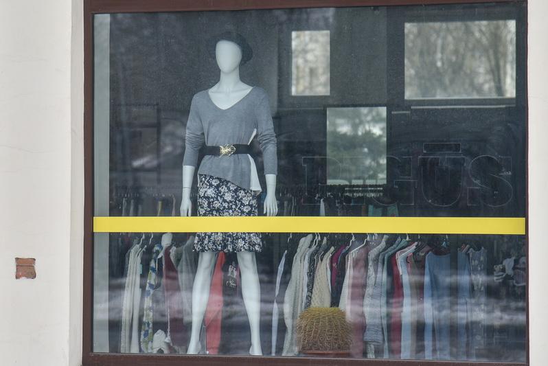 Prie dėvėtų drabužių parduotuvių pirmą darbo dieną nutįsusios eilės tebuvo vienadienė šio verslo sėkmė. P. ŽIDONIO nuotr.