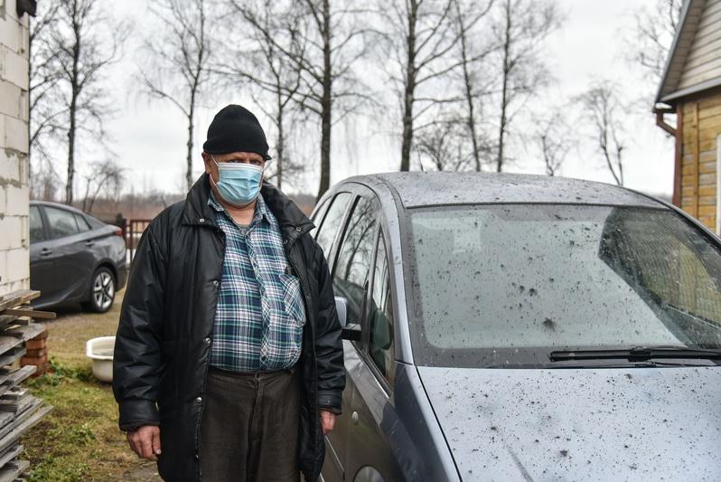 """Gyvenantieji Pušaloto gatvėje, """"Panevėžio energijos"""" kaimynystėje, penktadienio rytą nustėro išvydę, kaip atrodo pelenais apdrėbti jų kiemai. P. ŽIDONIO nuotr."""