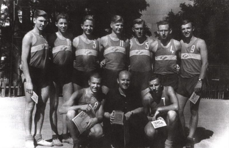 """1951 metų legendinė Panevėžio """"Spartako"""" krepšinio komanda su treneriu Viliumi Variakoju. ARCHYVŲ (KNYGOS """"PANEVĖŽIO JUOZO BALČIKONIO GIMNAZIJA PRISIMINIMUOSE"""" ILIUSTRACIJA) nuotr."""