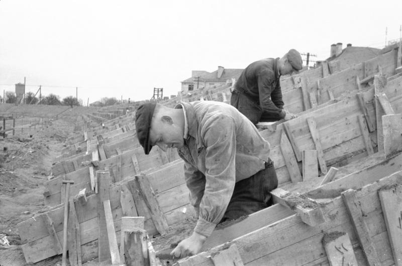 Betonuojamos senojo stadiono tribūnos 1959-aisiais S. Sapkos fotografijoje. LIETUVOS CENTRINIO VALSTYBĖS ARCHYVO nuotr.