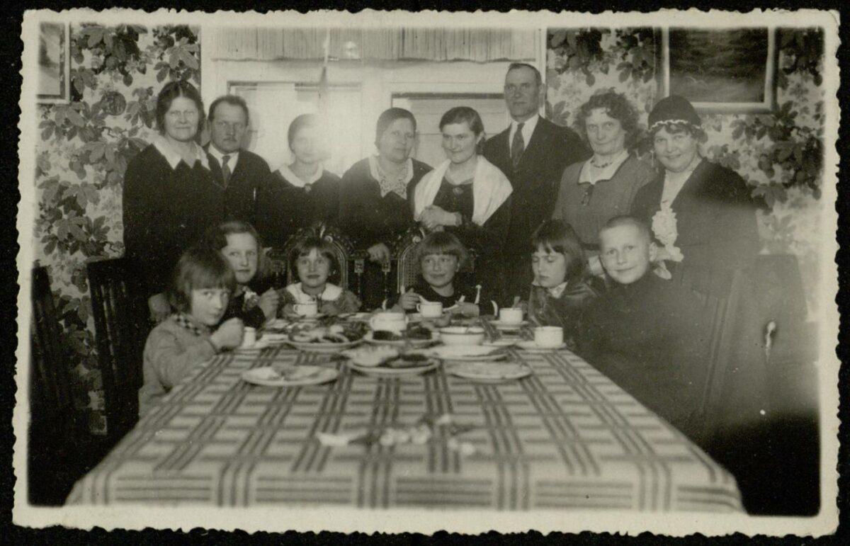 E. Jodinskaitė su svečiais savo namuose Panevėžyje apie 1934 m. Panevėžio apskr. G. Petkevičaitės-Bitės bibliotekos fondo nuotr.