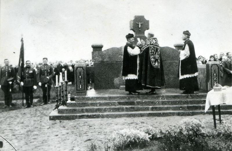 Saugumas ilgus metus rinko persekiojo Panevėžio vyskupą, tačiau bergždžiai – įbauginti dvasininko nepavyko (Jo Ekscelencija Nepriklausomybės paskelbimo 10-mečiui pastatyto paminklo savanoriams šventinimo ceremonijoje Panevėžio Kristaus Karaliaus katedros kapinėse 1930 metais). PANEVĖŽIO APSKRITIES GABRIELĖS PETKEVIČAITĖS-BITĖS VIEŠOJI BIBLIOTEKOS rinkinių nuotr.