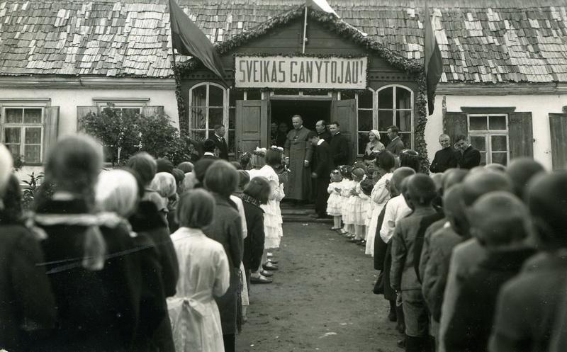 """Nuo pat tarnystės pradžios Kazimieras Paltarokas buvo pasinėręs į visuomeninę ir ganytojišką veiklą. Garsusis jo šūkis """"Net miręs norėčiau dar jums patarnauti"""" prisimenamas iki šiol (fotografijoje – 1934-aisiais Biržų tikintieji pasitinka Jo Ekscelenciją). P. LOČERIO/ PVKA nuotr."""