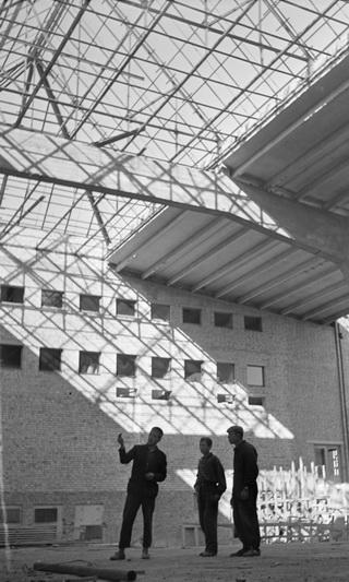 Sporto rūmų statyba Panevėžyje 1964 metais Marijono Baranausko fotografijoje. LIETUVOS CENTRINIO VALSTYBĖS ARCHYVO nuotr.