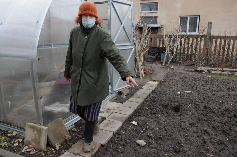 Po to, kai nuo bokšto krentantys tinko gabalai kliudė darbininką kieme, Elvyra Abloževičienė vėjuotą dieną nedrįsta be šalmo iškelti kojos iš namų. I. STULGAITĖS-KRIUKIENĖS nuotr.