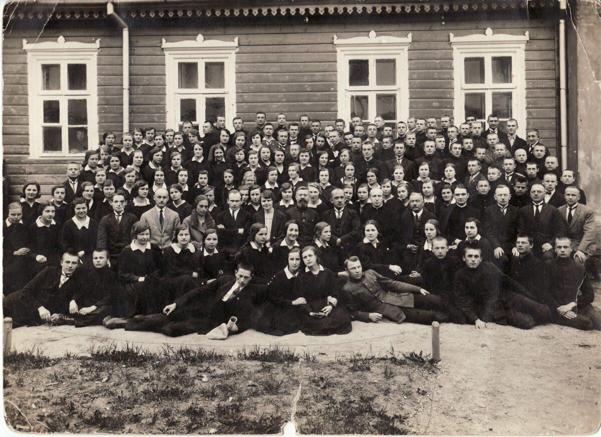J. Elisonas su Panevėžio mokytojų seminarijos dėstytojais. Sėdi centre. XX a. 3 dešimtmetis. Panevėžio kraštotyros muziejaus fondų nuotr.