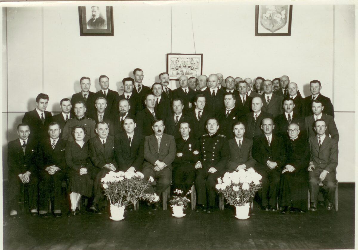 J. Elisonas sėdi pirmoje eilėje trečias iš dešinės su Panevėžio miesto vadovais. XX a. 3 dešimtmetis. Panevėžio kraštotyros muziejaus fondų nuotr.