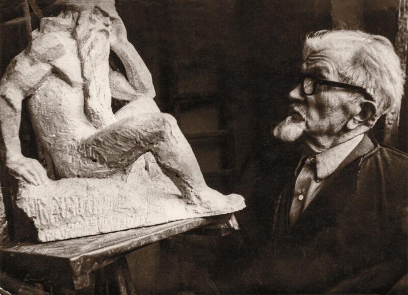 """Bernardas Bučas prie """"Nevėžio"""" skulptūros maketo 1978 metais. PANEVĖŽIO kraštotyros muziejaus rinkinių (Domo Kauno) nuotr."""