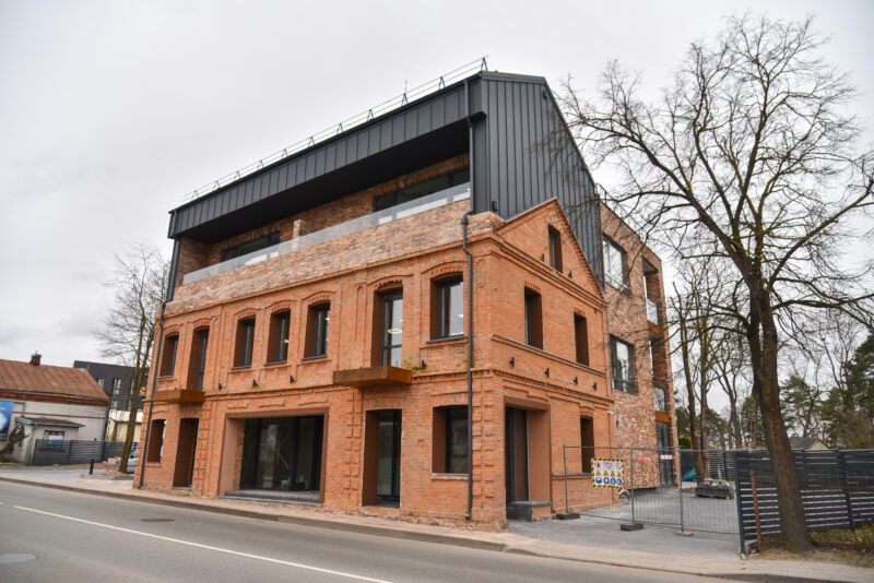 Prieš 120 metų statytas ir ilgą laiką apleistas raudonų plytų mūrinis pastatas pasikeitė neatpažįstamai, tačiau visuomenėje kilo diskusijos, ar modernizmas neišniekino senosios architektūros. P. ŽIDONIO nuotr.
