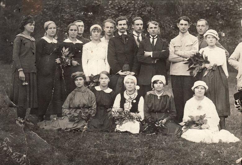 """Aktyvus """"Aido"""" draugijos narys, išsaugojęs dokumentinį jos paveldą, muzikas Mykolas Karka (stovi iš kairės septintas) su pirmuoju savo choru Panevėžyje 1919-aisiais. PA GPB BIBLIOTEKOS rinkinių (P. Šinskio) nuotr."""
