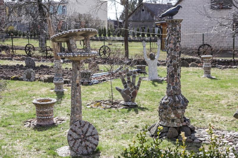 Vos įkėlęs koją į Zenono Bataičio namus, svečias pasijunta tarsi akmenų karalystėje. I. STULGAITĖS-KRIUKIENĖS nuotr.