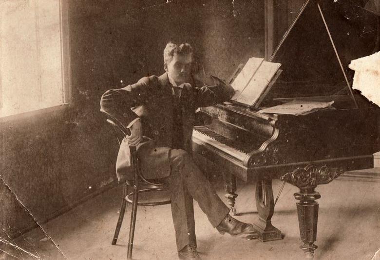 Mykolas Karka savo kambaryje prie fortepijono. PANEVĖŽIO KRAŠTOTYROS MUZIEJAUS FONDŲ nuotr.