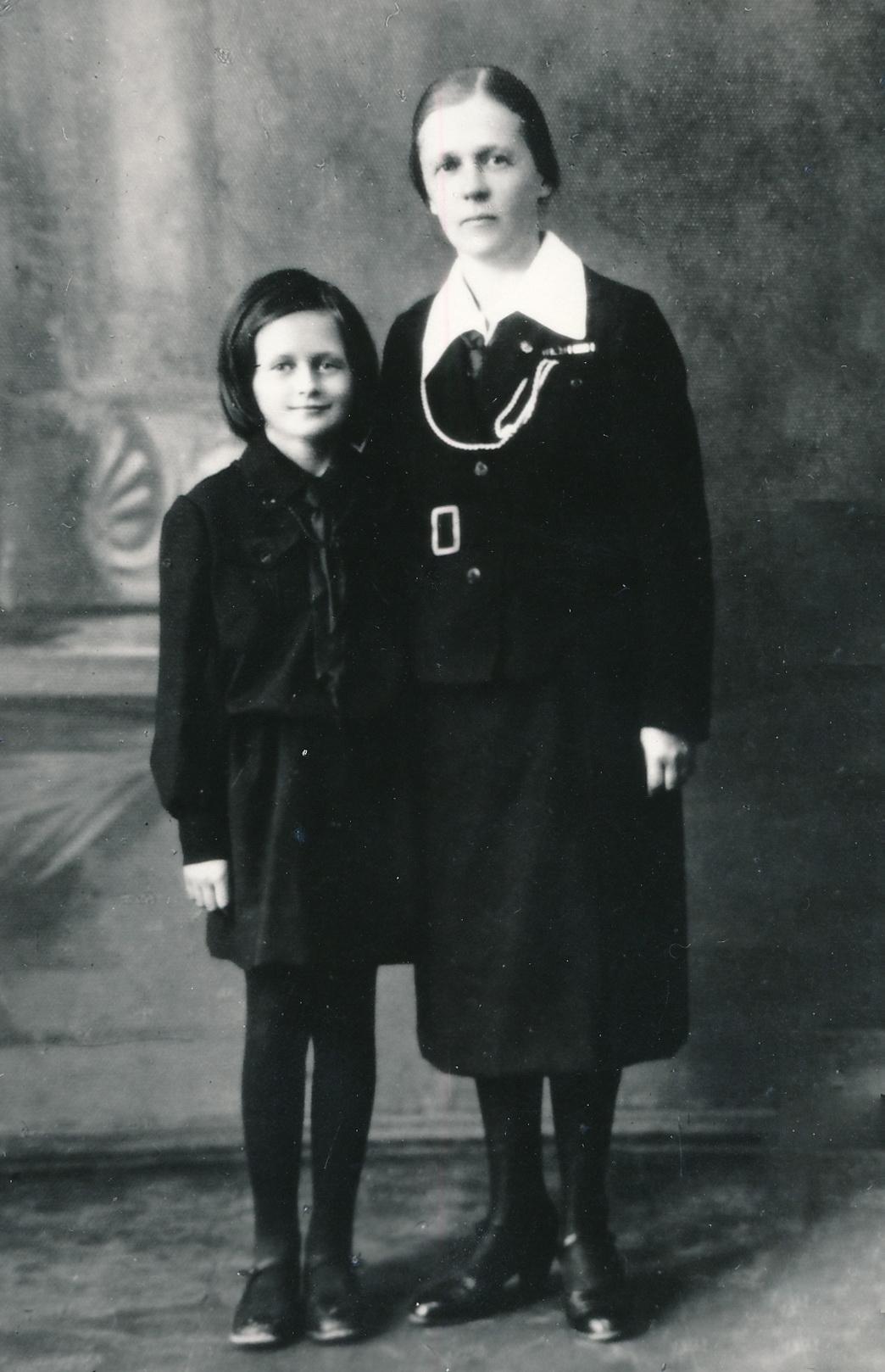 Su dukra Rimgaile 1940-aisiais Panevėžyje. PANEVĖŽIO APSKRITIES GABRIELĖS PETKEVIČAITĖS-BITĖS VIEŠOSIOS BIBLIOTEKOS (Onos Maksimaitienės fondo) nuotr.