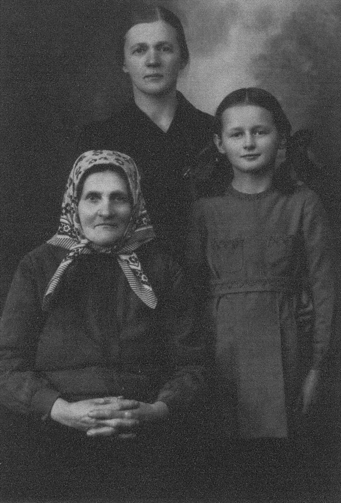 Ona Maksimaitienė su motina Rozalija Kuzmickaite-Girčiene ir dura Rimgaile Panevėžyje, 1940-aisiais. PANEVĖŽIO APSKRITIES GABRIELĖS PETKEVIČAITĖS-BITĖS VIEŠOSIOS BIBLIOTEKOS (Onos Maksimaitienės fondo) nuotr.