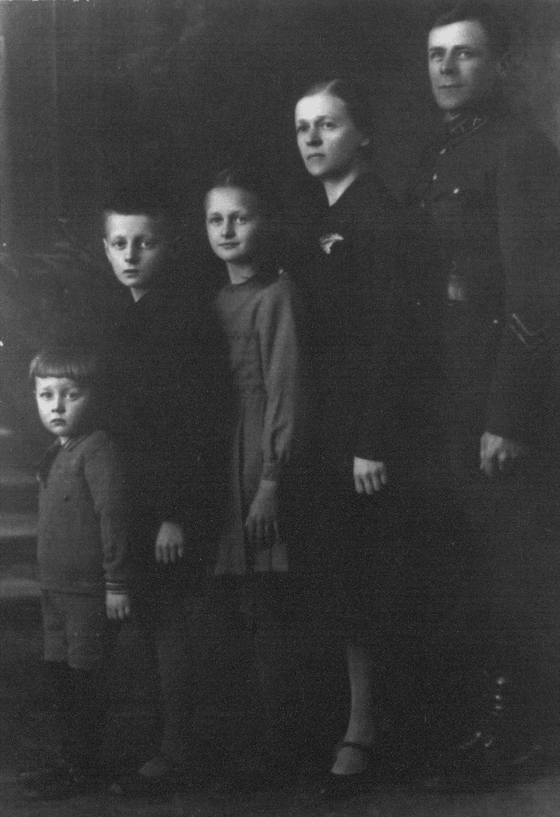 Ona Maksimaitienė su vyru Antanu, dukra Rimgaile ir sūnumis Algirdu ir Mindaugu. PANEVĖŽIO APSKRITIES GABRIELĖS PETKEVIČAITĖS-BITĖS VIEŠOSIOS BIBLIOTEKOS (Onos Maksimaitienės fondo) nuotr.
