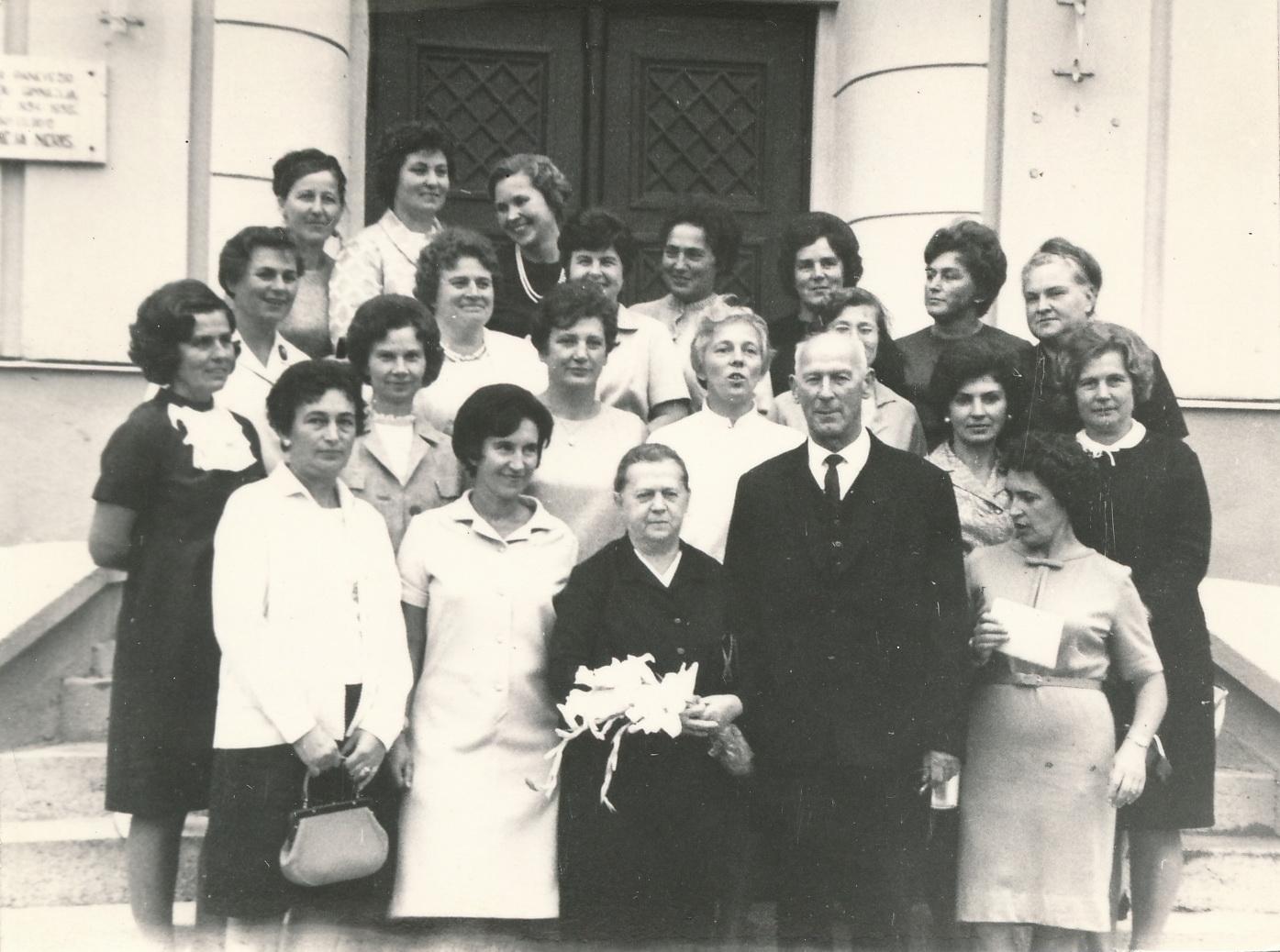 Panevėžio mergaičių gimnazijos 1944 metų absolvenčių ir pedagogų susitikimas 1969-aisiais. Pirmoje eilėje centre – Ona Maksimaitienė. PANEVĖŽIO APSKRITIES GABRIELĖS PETKEVIČAITĖS-BITĖS VIEŠOSIOS BIBLIOTEKOS (Almonijos Marcinkevičiūtės-Bernadišienės fondo) nuotrauka