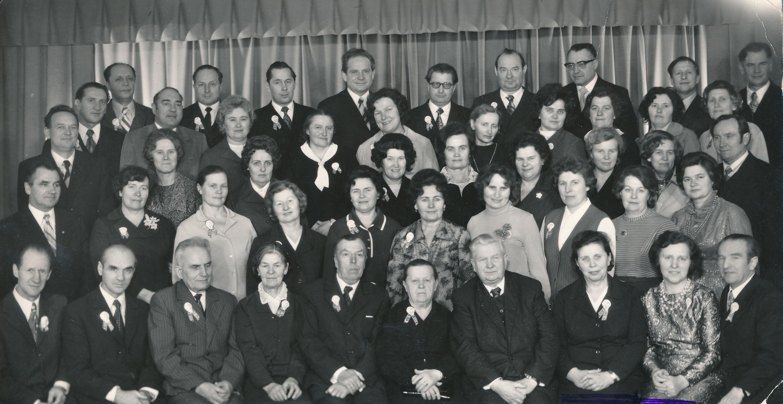 Panevėžio mokytojų seminarijos 5-osios laidos (1949 metų) absolventų ir pedagogų susitikimas. 1-oje eilėje iš dešinės penkta sėdi Ona Maksimaitienė. 1974 metai. PANEVĖŽIO APSKRITIES GABRIELĖS PETKEVIČAITĖS-BITĖS VIEŠOSIOS BIBLIOTEKOS (Laimos Rapšytės fondo) nuotr.