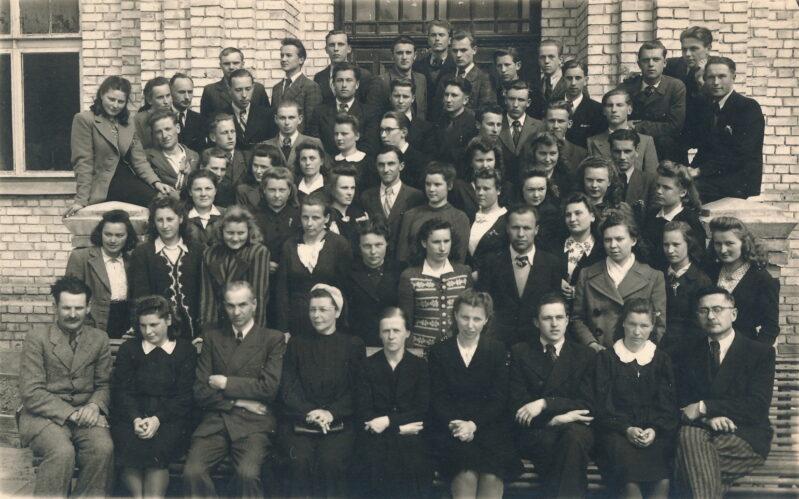 1945-ieji, Panevėžio mokytojų seminarijos IV a ir IV b kursų auklėtiniai ir pedagogai. Pirmoje eilėje centre sėdi Ona Maksimaitienė. PANEVĖŽIO APSKRITIES GABRIELĖS PETKEVIČAITĖS-BITĖS VIEŠOSIOS BIBLIOTEKOS (Laimos Rapšytės fondo) nuotr.
