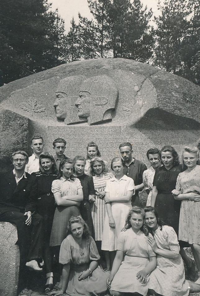 1947-ieji, Panevėžio mokytojų seminarijos auklėtiniai ir pedagogai prie Puntuko akmens. Stovi centre (šviesia suknele) Ona Maksimaitienė. PANEVĖŽIO APSKRITIES GABRIELĖS PETKEVIČAITĖS-BITĖS VIEŠOJI BIBLIOTEKOS FONDŲ nuotr.
