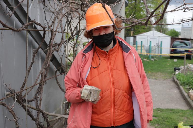 Šalia vandens bokšto gyvenanti Elvyra Abloževičienė sako, kad statinys jau avarinės būklės ir jokie tinklai nebegali apsaugoti. I. STULGAITĖS-KRIUKIENĖS nuotr.
