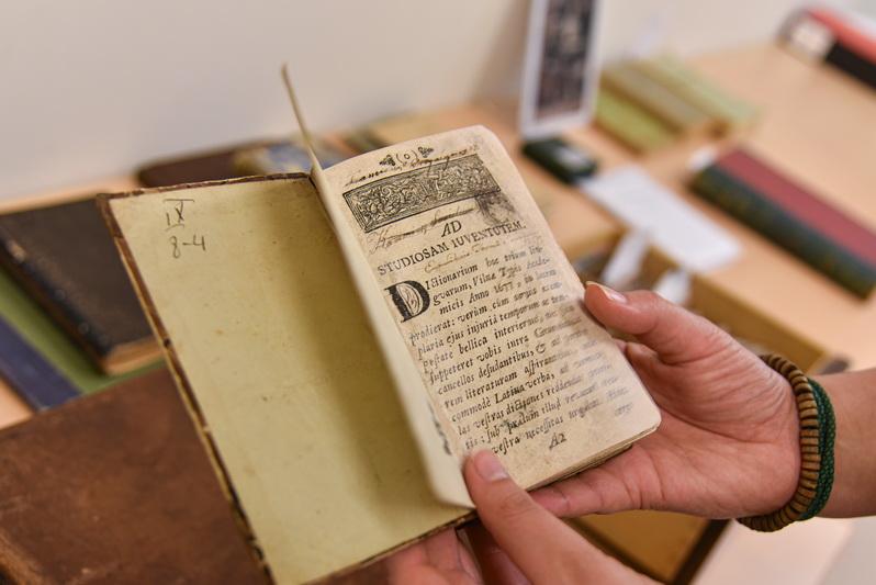 Gabrielės Petkevičaitės-Bitės viešojoje bibliotekoje saugoma daug vertingų leidinių iš privačių kolekcijų. Kai kurie jų siekia ir XVIII amžių. P. ŽIDONIO nuotr.