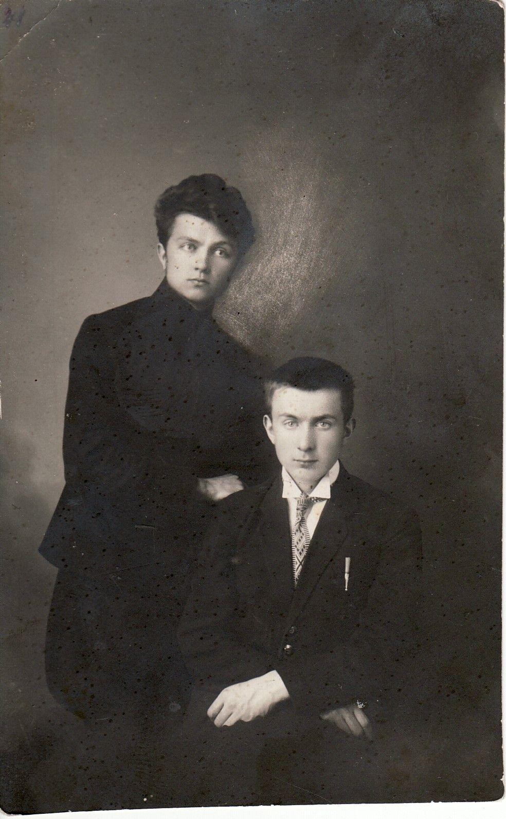 Panevėžio valstybinės gimnazijos moksleivis B. Bučas (stovi) su mokslo draugu. Panevėžio kraštotyros muziejaus nuotr.