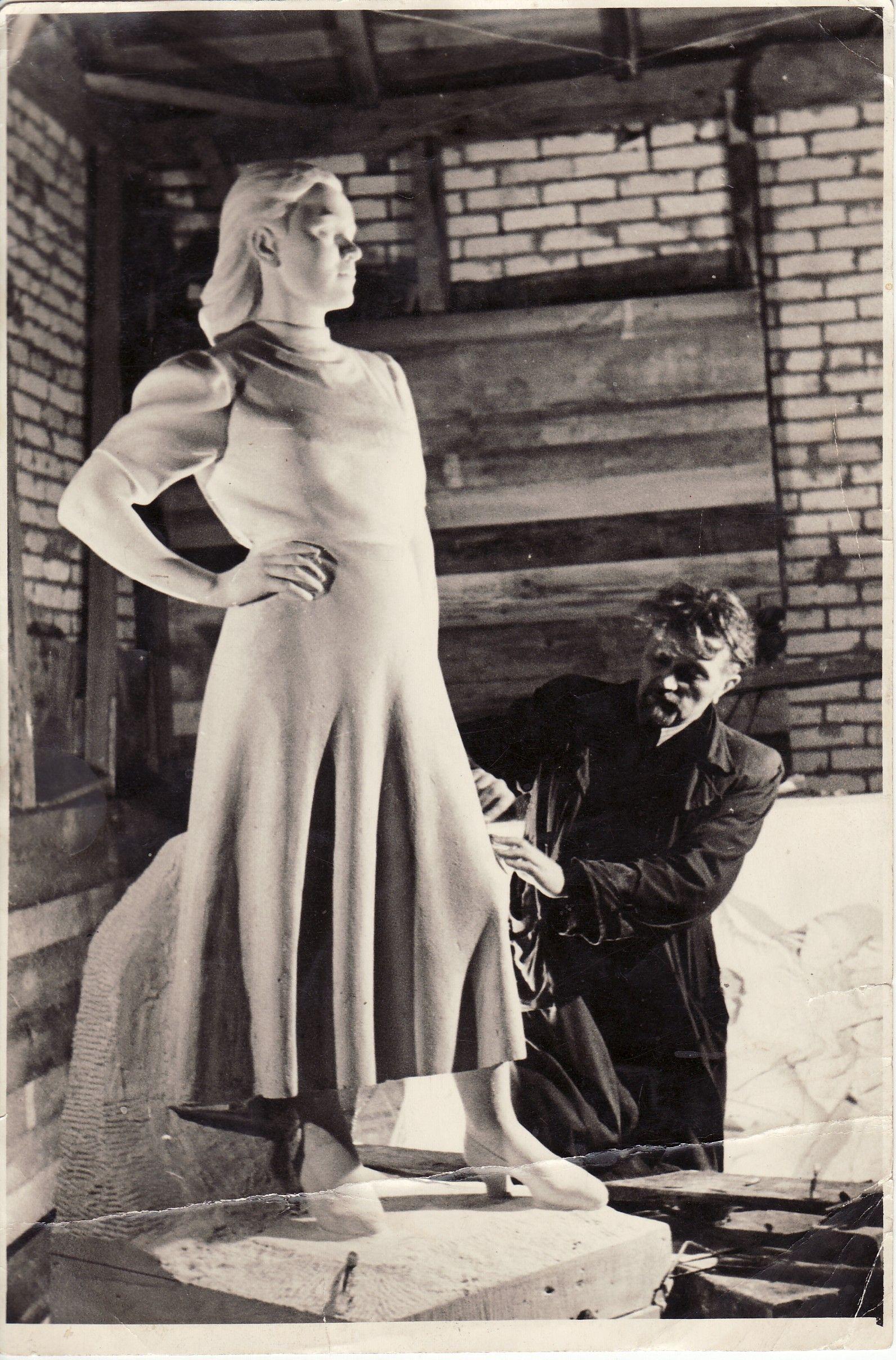 Skulptorius B. Bučas prie baigiamo antkapinio paminklo žmonai poetei Salomėjai Nėriai. Panevėžio kraštotyros muziejaus archyvo nuotr.