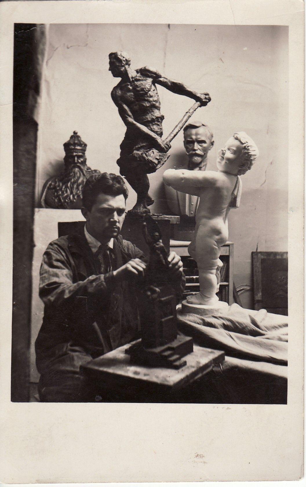 Skulptorius B. Bučas savo dirbtuvėje. Panevėžio kraštotyros muziejaus archyvo nuotr.