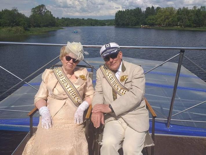 Prieš 50 metų tuokiantis Romanui ir Joanai Skuderniams pasaulis atrodė paklotas po kojomis, o ateityje laukia vien laimė. Dabar, švenčiant auksines vestuves, labai norėjosi vienas kitam iškilmingai padėkoti už šitiek laimės metų. ASMENINIO ALBUMO nuotr.