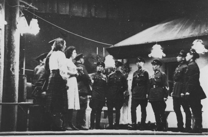 """Scena iš Panevėžio teatro pirmojo pastatymo – Juozo Miltinio 1941 metais režisuotas Nikolajaus Pogodino """"Sidabrinis slėnis"""", įamžintas tuomet dar pradedančio fotografo Kazimiero Vitkaus. PAVB FJM nuotr."""