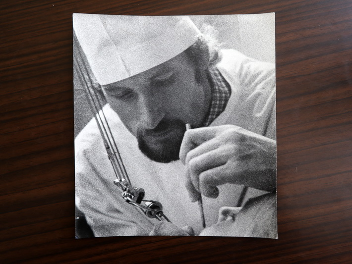 Žinomą burnos chirurgą Vytautą Bosą prieš penkis dešimtmečius į šią profesiją atvedė meilė – bet ne medicinai. I. STULGAITĖS-KRIUKIENĖS nuotr.