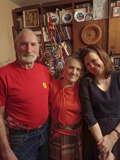 Vytautas Bosas (nuotraukoje – su žmona Almone ir marčia Egle) sako, kad sūnus Vismantas irgi nusekė tėvų pėdomis į mediciną. ASMENINIO ALBUMO nuotr.
