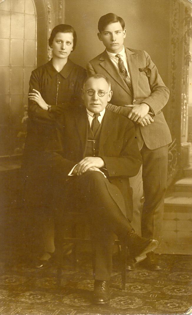 J. Masiulis su vaikais Ona ir Jonu. PANEVĖŽIO KRAŠTOTYROS MUZIEJAUS FONDŲ nuotr.