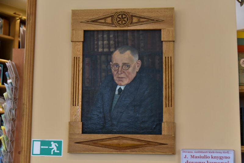 J. Masiulio knygyne ir dabar į užsukusiuosius žvelgia jo įkūrėjas – portretas nežinomo dailininko tapytas 1926-aisiais. P. ŽIDONIO nuotr.