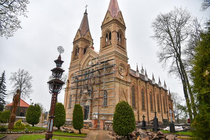 Neįtikėtiną radinį rekonstruojamoje Krekenavos Švč. Mergelės Marijos Ėmimo į dangų bazilikoje aptiko statybininkai – atlikdami remontą, pastogėje pastebėjo 22 į dėžę suslėptas XX amžiaus metrikų knygas. Greičiausiai jos čia atsidūrė sovietmečiu. P. ŽIDONIO nuotr.