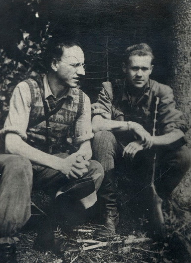 Bronius Krivickas-Vilnius (kairėje) – tuomet Rytų Lietuvos srities Visuomeninės dalies viršininkas, su Vyčio apygardos Žaliosios rinktinės Pilėnų tėvūnijos vadu Steponu Giedriku-Giriečiu. LYA nuotr.