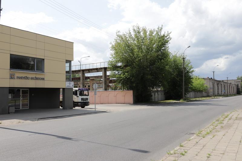 """Buvusios gamyklos pastatų savininkė bendrovė """"Panevėžio gelžbetonis"""" savo darbui pasiliko mažesnes valdas kaimynystėje. I. STULGAITĖS-KRIUKIENĖS nuotr."""