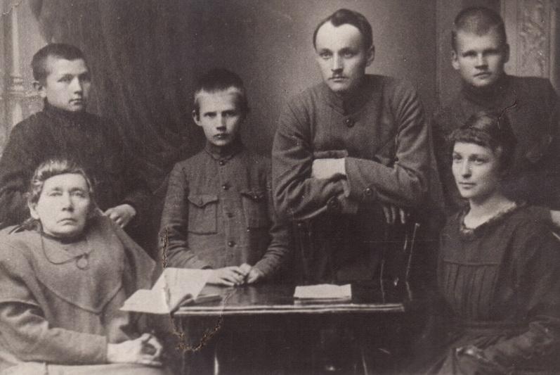 Rašytoja Gabrielė Petkevičaitė-Bitė su savo mokiniais Panevėžyje 1920-ųjų gegužę. LIETUVOS LITERATŪROS IR MENO ARCHYVO nuotr.